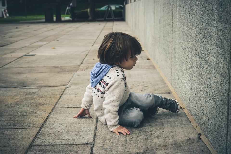 姉に置き去りにされた甥っ子を、公園に連れて行ってあげたら、一心不乱に汚いどんぐり拾ってた